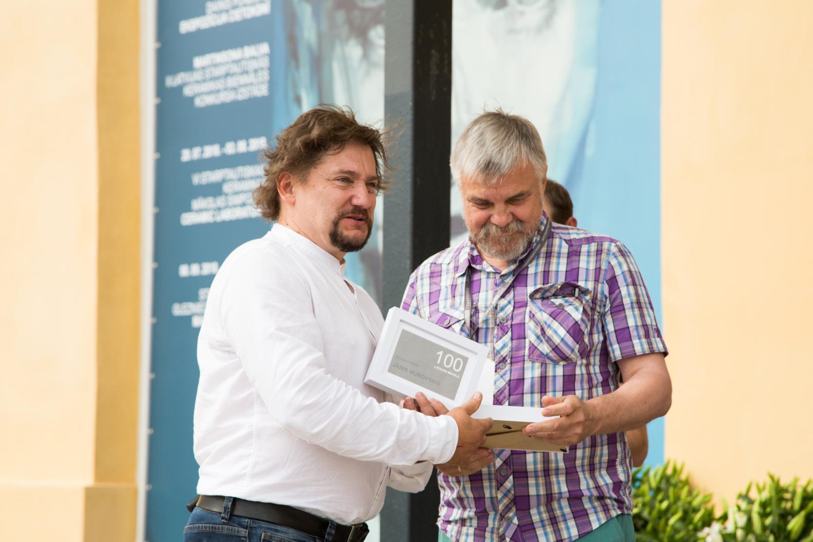 """Apbalvoti konkursa izstādes """"100 Latvijas mākslā"""" laureāti"""