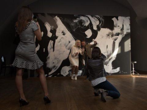 Открытие персональной выставки «Черно-белый» художницы Иевы Царуки 13